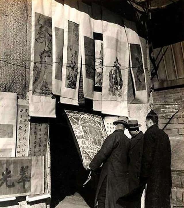 市民在古玩铺赏画