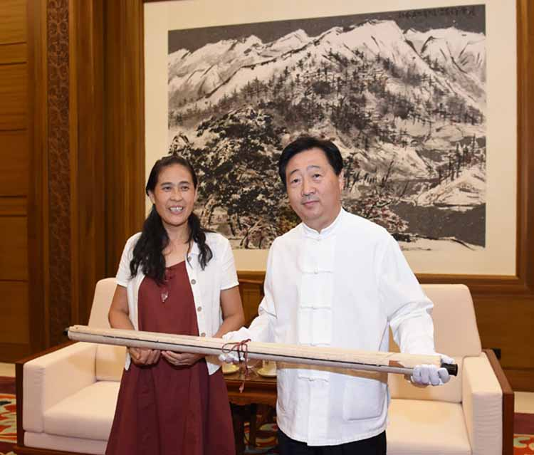 石鲁女儿石丹向中国国家博物馆吕章申馆长正式交付《山区修梯田》