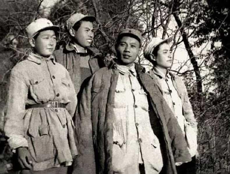亚明与战友(左二)